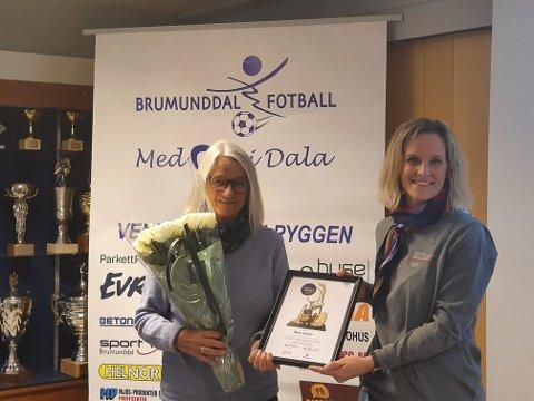 Hedret: Randi Nordli ble tildelt pris av Marianne Frantzen i Innlandet Idrettskrets.