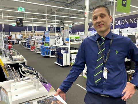 Selger godt: Få kunder fredag morgen, men salget den siste uka har vært meget bra, melder varehussjefen på Elkjøp Rudshøgda.