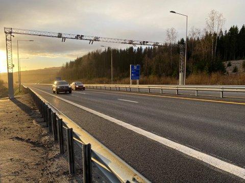 BOM: Fra og med torsdag klokken 10.00 må bilistene betale når de passerer denne bommen på E6 mellom Økelsrud-krysset og Rudshøgda.