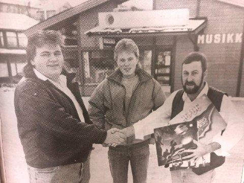 Dagfinn Nordbrenden takker 17-åringene Atle Evensen og Stian Cocozza. 1. desember 1990