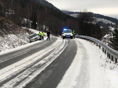 I GRØFTA: En bil har kjørt i grøfta ved avkjøringen til Brøttum stasjon. Politiet er på stedet.