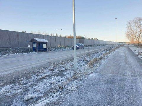 MYRVOLL: Busstoppet Myrvoll, nedenfor Furnes bo- og aktivitetssenter, er et av stedene der bussfarende sørover må krysse fylkesvegen uten at det er tilrettelagt for myke trafikanter.