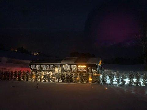 Av vegen: En skolebuss har kjørt av vegen i Brumund. Det skal ikke ha vært passasjerer ombord.