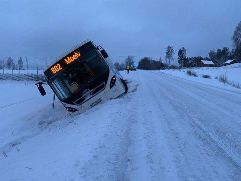 SKLEI UT: Bussen som skulle til Moelv hadde stått stille på holdeplassen. Så begynte den å skli ut i grøfta.