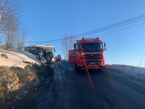 I GRØFTA: En buss kjørte av vegen på Brøttum tirsdag ettermiddag.