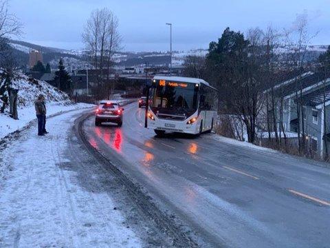 I vansker: Bussen har sklidd av den glatte vegen.