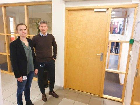 IKKE FULL OVERSIKT: Kommuneoverlege i Ringsaker, Cecilie Blakstad Eikenes, ber folk holde seg hjemme etter nye smittetilfeller. Her er hun sammen med kommunalsjef Sverre Rudjord på et møte om koronasituasjonen i Ringsaker tidligere i år..