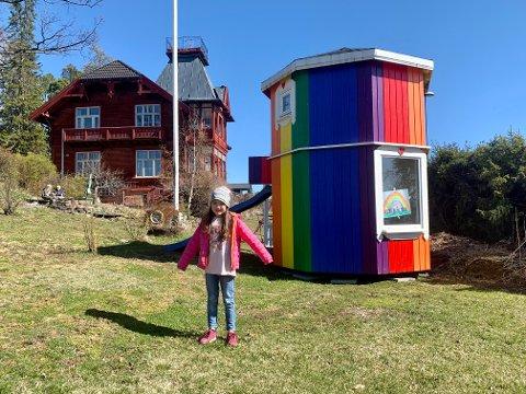 I HAGEN: Alexandra Løvbak Vold utenfor Mummihuset i hagen til det like særpregede Kråkeslottet i Storhamargata.
