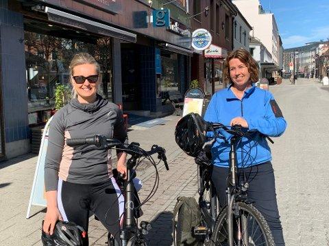 KLARE: Ingunn Anita Hagen og Hege KIlde fra Hamarregionen Utvikling og Reiseliv sto torsdag formiddag klare til å legge ut på researchsykkeltur langs Mjøsa.