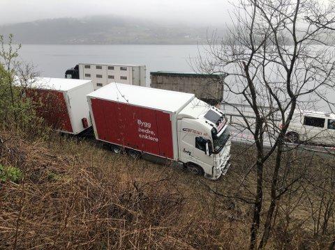 I GRØFTA: Lastebilen står i grøfta, men trafikken flyter sakte forbi. Foto: Torbjørn Olsen