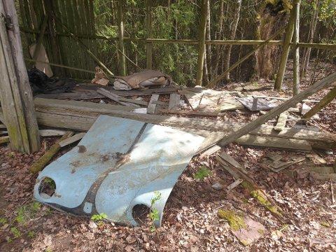 SØPPEL OG SKRAMMEL: Ved Simenstua står restene av et gammelt skur, og et bilpanser og annet brask ligger rundt. Se flere bilder i bildekarusellen.