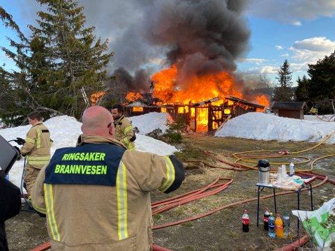 BRANT NED HYTTE: Brannvesenet brant onsdag ned en hytte på Kuåsen. Det hele var en øvelse.