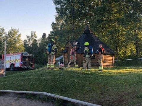 Branntilløp: Politiet rykket ut til grillhyta ved Kirkekretsen skole søndag kveld.