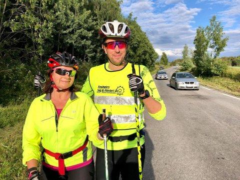 ØKT TRAFIKK: Eli Mørkved Glorud, her sammen med treningspartner Arild Dahl, bor rett ved Mørkvedvegen og har registrert en betydelig økning i trafikk langs vegen etter at det ble satt om bompengeringer på E6 og gamle E6. Nå frykter hun for stygge ulykker langs vegen der mosjonister og tunge kjøretøy må slåss om plassen.