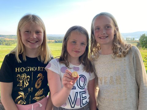 Fant gullring: De tre jentene fant denne ringen på Ringsstrand.