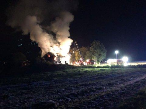 Brann: En kraftig brann brøt ut i huset i Ringsakervegen i natt.