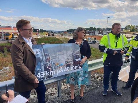 NY DATO: Fylkesordfører Even Aleksander (Ap) og Ringsaker-ordfører Anita Ihle Steen (Ap) var til stede da Øyvind Moshagen fortalte pressen om åpningen av ny E6 mellom Brumunddal og Moelv.
