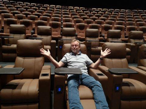 PUSSET OPP: Kinosjef Espen Jørgensen gleder seg til å vise publikum hvor fint det er blitt på Hamar kino. Det er nå pusset opp for  17 millioner kroner og et av de nye elementene er reclinerstolene som han her sitter i.