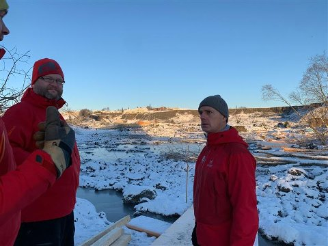 Brumunddølen Paul Christen Røhr (t.v.) sammen med NVE-direktør Kjetil Lund ved skredgropa på Gjerdrum 5. januar.