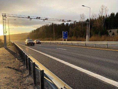 Fra 1. mars?: På prosjektet E6 Kolomoen – Moelv har bompengeselskapet Vegfinans søkt Vegdirektoratet om å få innføre bompenger for nullutslippskjøretøy fra 1. mars i år. Her fra bommen ved Økelsrud.