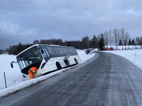 Berging: Bergingsbiler kom til for å få de to bussene opp av grøfta.