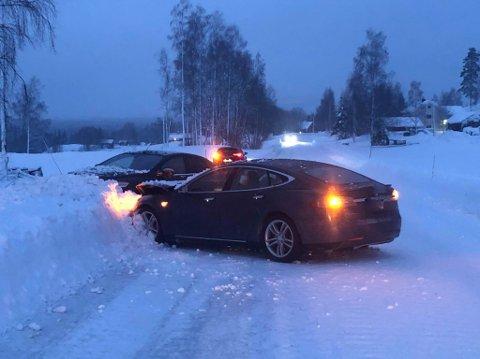 Gikk bra: De to bilene kjørte begge rett inn snøkanten i stedet for å møte hverandre med fronten da de kom på kollisjonskurs.