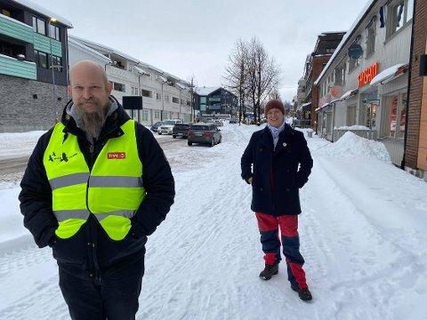 Til innsats: Christian Andersson er en av mange natteravner i Moelv. Et arbeid som støttes av blant annet Thomas Eriksen og frivilligsentralen. De ønsker å fortelle at lokale natteravner ikke ringer rundt til bedrifter for å be om pengestøtte.