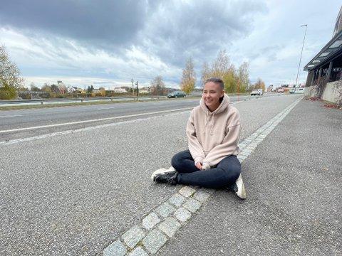 MOREN DØDE: Jenny Esbjørnsen (17) opplevde mobbing etter at moren døde av kreft.