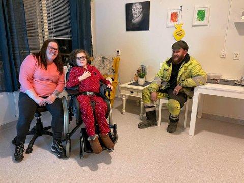 I omsorgsleilighet: Oda Jakobsen er 18 år. Hun flyttet inn for ett år siden. Her er hun i leiligheten sammen med mor Marita Jakobsen og Bjørn Farbergshagen.