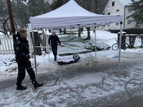Politiet dekket raskt over innkjøringen til adressen i Brumunddal der det var store mengder blod i snøen.