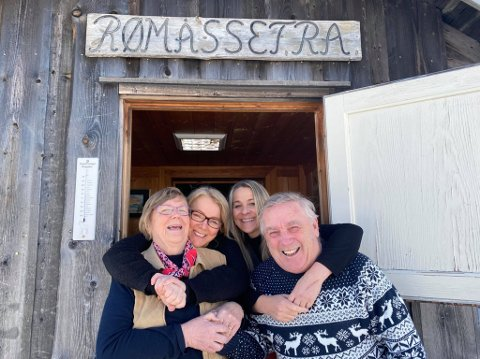Åse og Asbjørn Sletvold gir seg som drivere av Rømåssetra på Sjusjøen etter 27 år. Sige Fiske Amdal og Nina Brekke overtar driften av den populære seterkafeen.