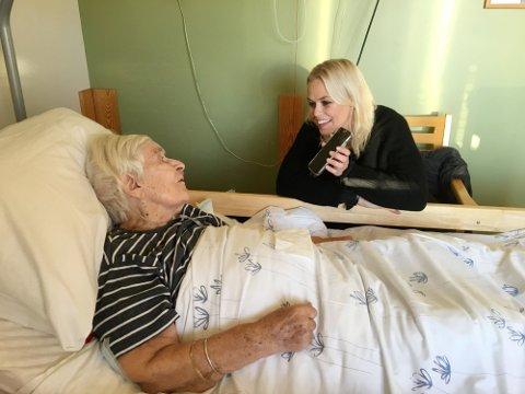 Evy Kasseth Røsten under et besøk hos Pålin (Pauline) Li på sykehjemmet på Brøttum. Foto: Privat