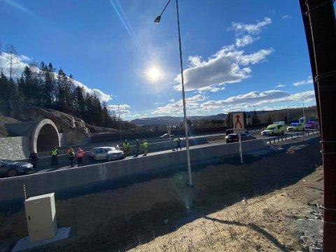 Nødetater på plass: Politi, brannmannskaper og ambulanse på plass etter ulykken i Skarpsnotunellen.