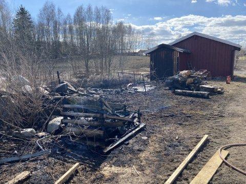 GRESSBRANN: Slik så det ut på brannstedet etter brannvesenet hadde slukket gressbrannen.