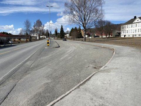 BUSSHOLDEPLASS: Denne bussholdeplassen må sikres når det skal bygges ny sykkelveg og fortau langs fylkesveg 213, Storgata i Moelv.