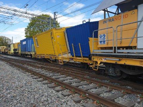 SPORET AV: Et godstog sporet av rett nord for Hamar stasjon tidlig lørdag ettermiddag. Strekningen mellom Hamar og Brumunddal var stengt fram til like før klokken 19.00.