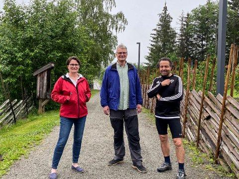 Avbildet på den historiske Prestvegen: Renee Dekker, Fridthjof Platou og Asle Berteig.  Foto: Selma Elise Leinebø Ekre