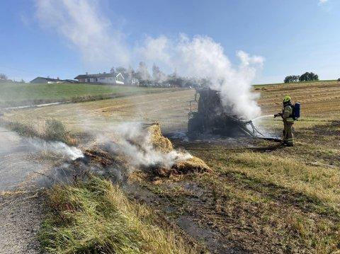 SLUKKES: Brannvesenet jobber med å slukke en brann i en halmpresse i Moelv.