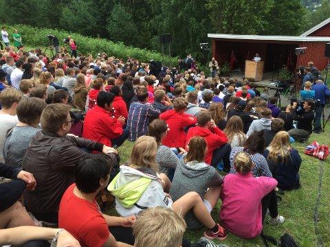 AUF-leder Mani Hussaini taler til de rekordmange deltakerne på Utøya.