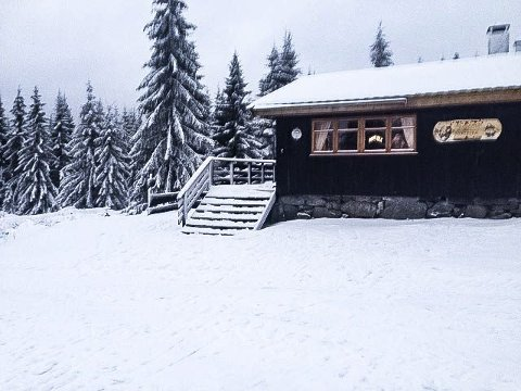 Tore og Vera Solheim forteller at Sørsetra har åpent fredag til søndag i vintersesongen.