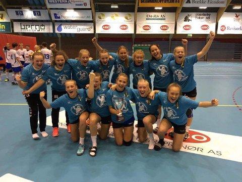 Fylkesmestre: Jentene fra Veienmarka ungdomsskole ble fylkesmestre i håndball. Her jubler jentene etter at seieren var klar. Leserfoto