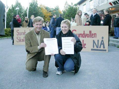 Foreldre og barn ved Hole herredshus for  protestere imot utsetting av skolebygging på Sundvollen. Dag Olav Teigland og Sidsel Ramen i spissen for foreldrene.