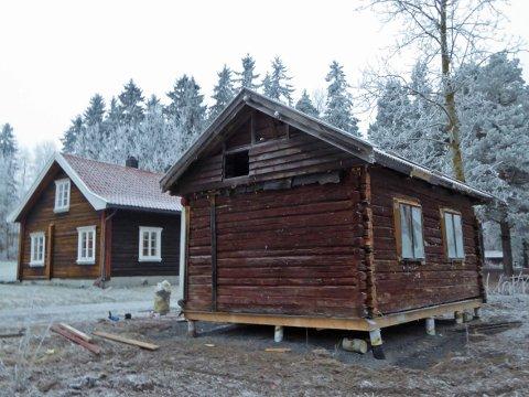 KLAR FOR VINTEREN: Småkårshuset tålte flyttingen og er gjort vinterklart på dugnad.
