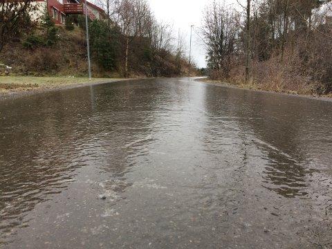 Flere veier i distriktet, som denne i Haugsbygd, ble forvandlet til rene skøytebanene onsdag i forrige uke. Natt til tirsdag og tirsdag morgen kan det igjen bli underkjølt regn.