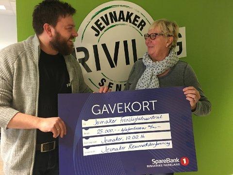 Ingeborg Sandbakken overrekker 25.000 kroner til Jevnaker frivilligsentral.