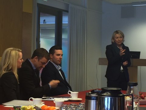Næringsminister Monica Mæland (til høyre) besøker Eggemoen og Tronrud Engineering fredag.