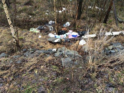 Klær, sko og annet søppel ligger strødd i veikanten.