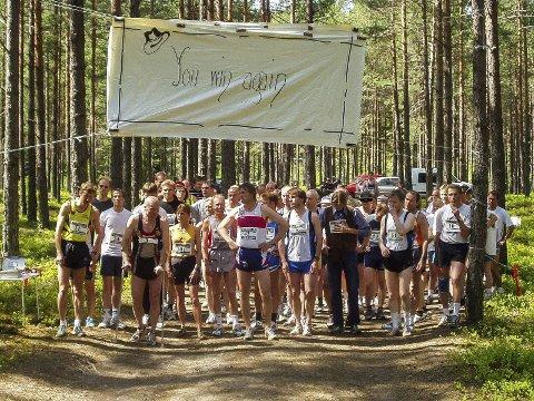 Her står 51 deltakere på startstreken i 2002, under hjemmelaget banner med Hank Williams-sitat på.