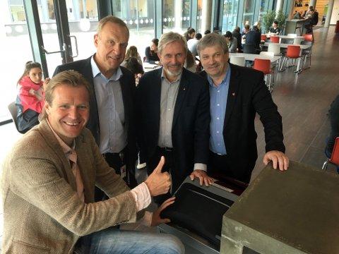 Erik Wold, tidligere NRK-kjendis, leder fellesmøtet, der ordførerne Lars Magnussen (bak fra venstre), Per R. Berger og Kjell B. Hansen får sentrale roller.