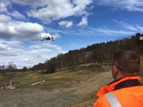 Drone kan bli et nyttig hjelpemiddel for kraftbransjen i framtiden. Her tester dronepilot Ross Deyzel hvordan dronen er i stand til å finne feil på strømnettet. Øvelsen på Nes i Ådal var landets første med liveoverføring av video via 4G.